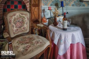 Villa Ro - Chair and table with items