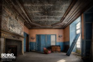 Château P12 - A once-grand room