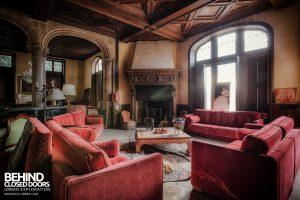 Château Sous Les Nuages - Sofas and Fireplace