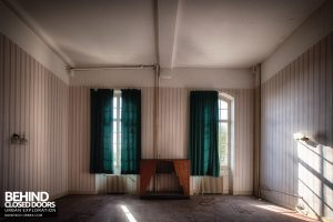 Hospital Plaza - Room with curtains