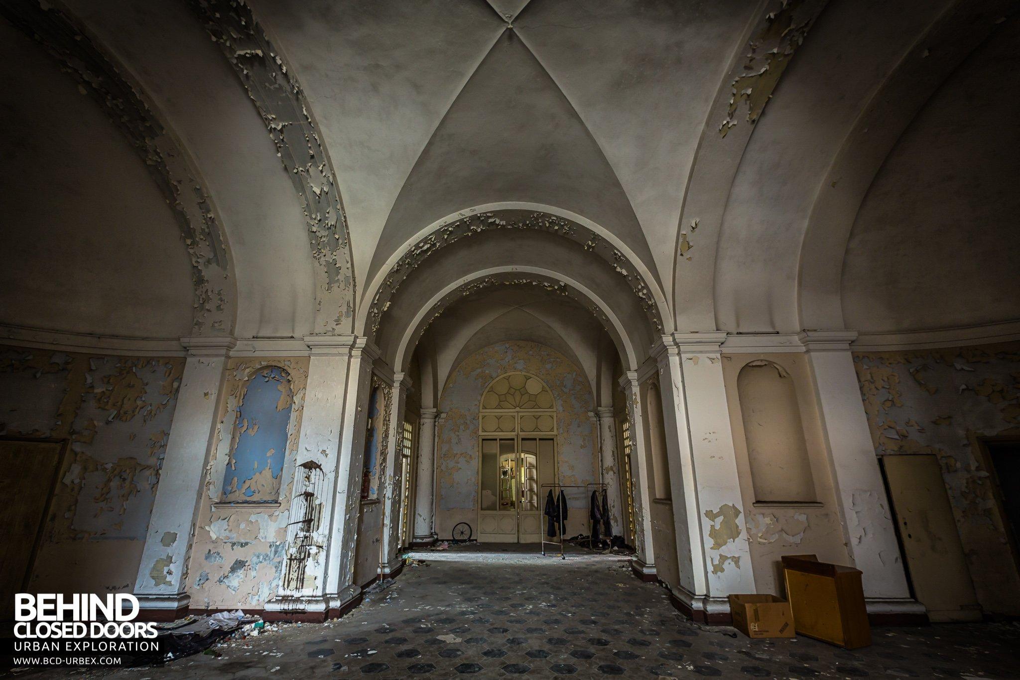Manicomio di c abandoned asylum italy urbex behind for Grand entrances