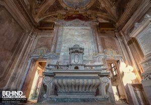 Palazzo di L - Altar in the chapel