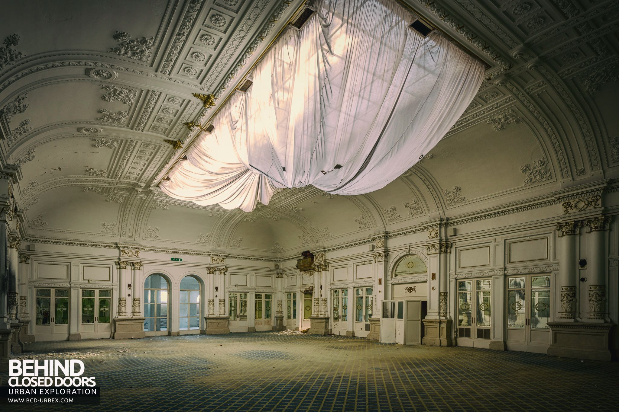 Stunning ballroom of the abandoned paragon hotel in italy for Stunning hotels