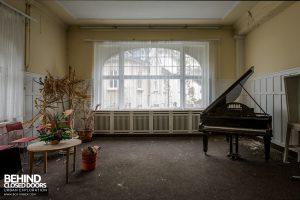 Haus Der Anatomie - Piano in reception room