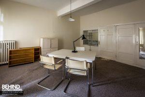Haus Der Anatomie - Desk in office