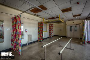 Queen Elizabeth II Hospital - Curtains and rails