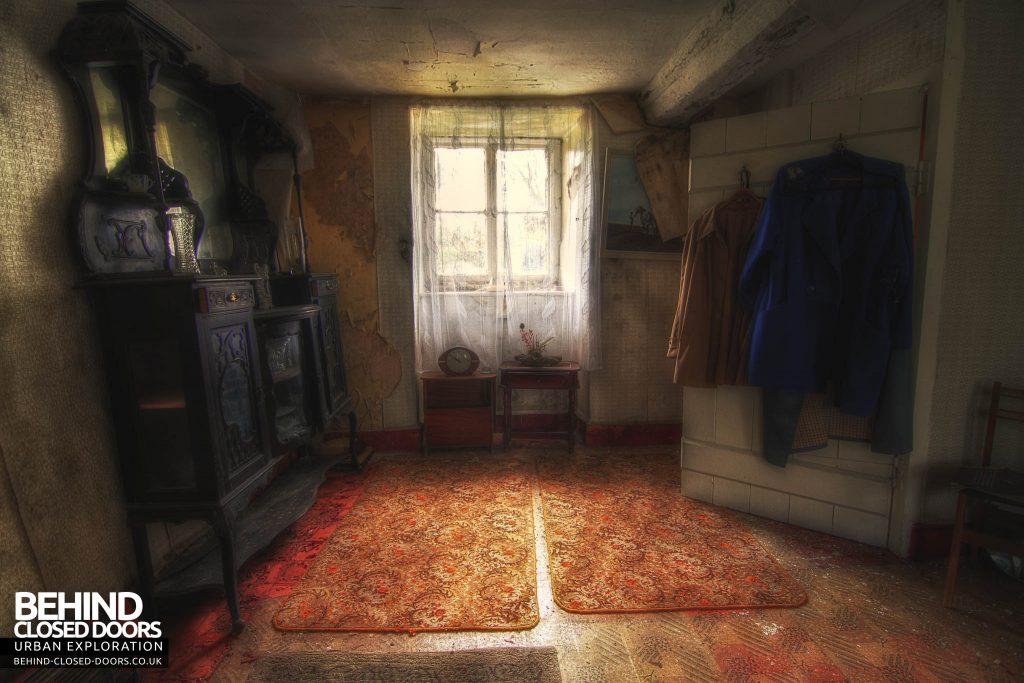 Y Heulog Farmhouse - Front Room