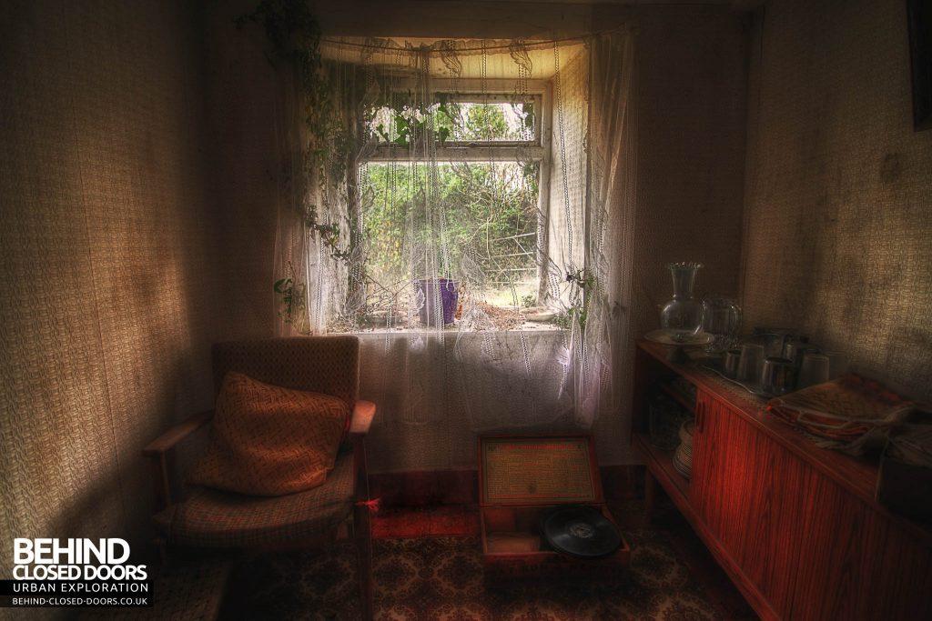 Y Heulog Farmhouse - Sitting room