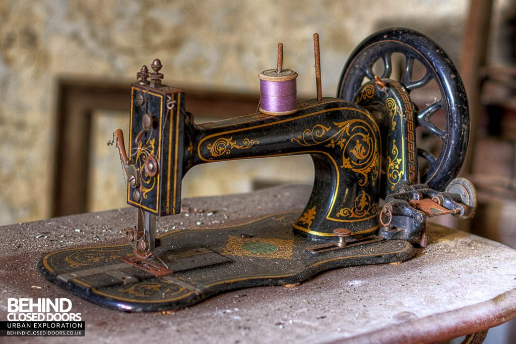 The Sewing House - Retro Sewing Machine