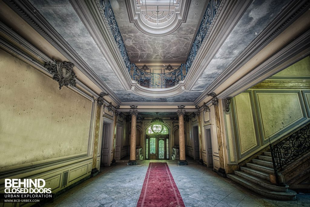 Château Lumiere - Light flooding the entrance hall