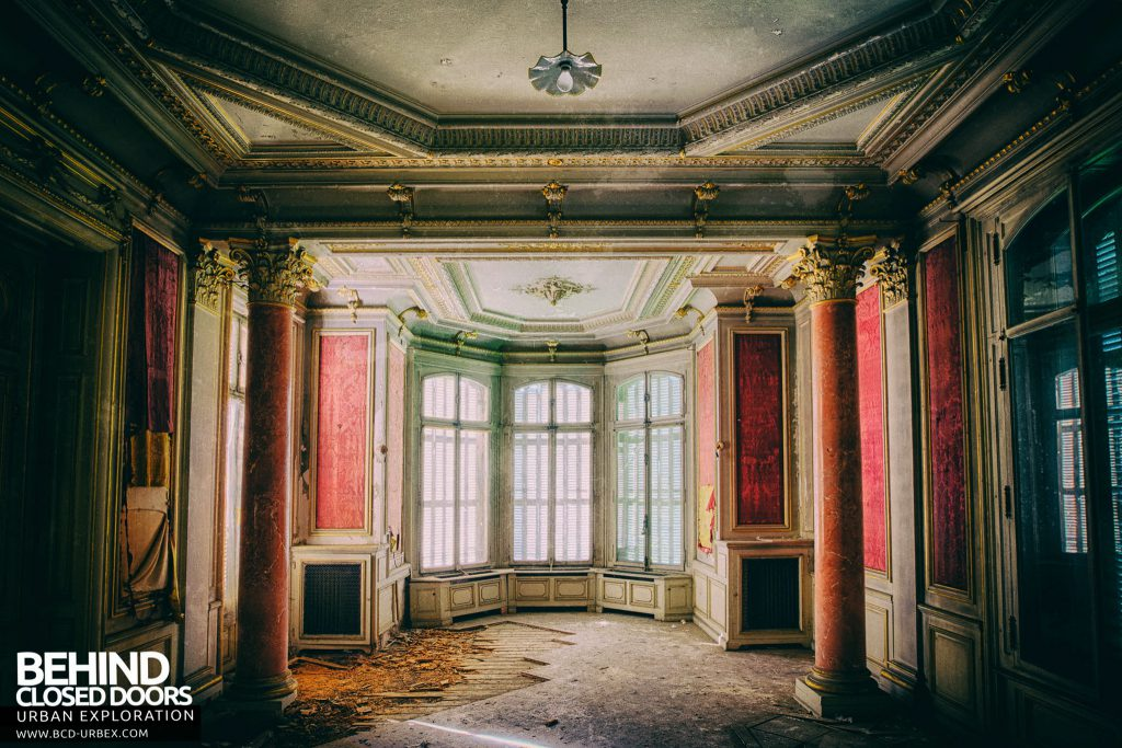 Château Lumiere - Ornate room in decay