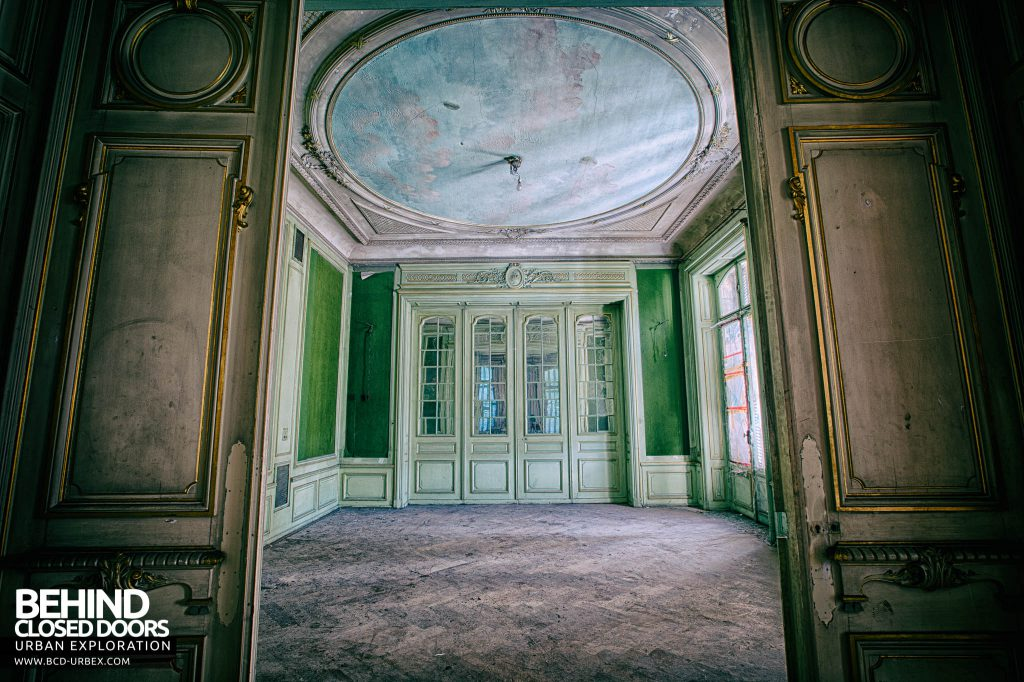Château Lumiere - Through the doors of an ornate room
