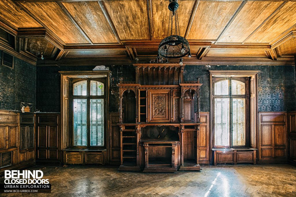 Château Lumiere - Wood panel room