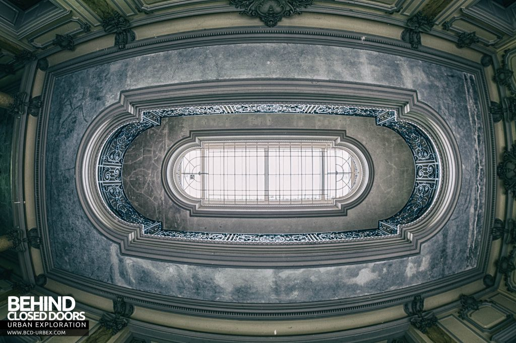 Château Lumiere - Looking up at the skylight