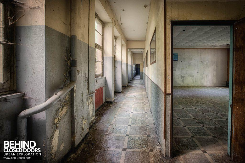 Pensionnat Catholique - Another corridor