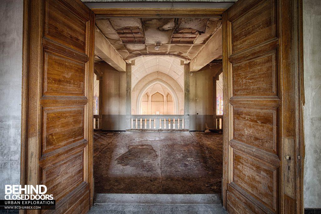 Pensionnat Catholique - Chapel through doorway