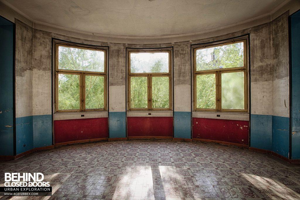 Pensionnat Catholique - Bay Window