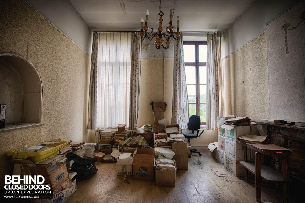 Villa Directeur - Boxes piled up