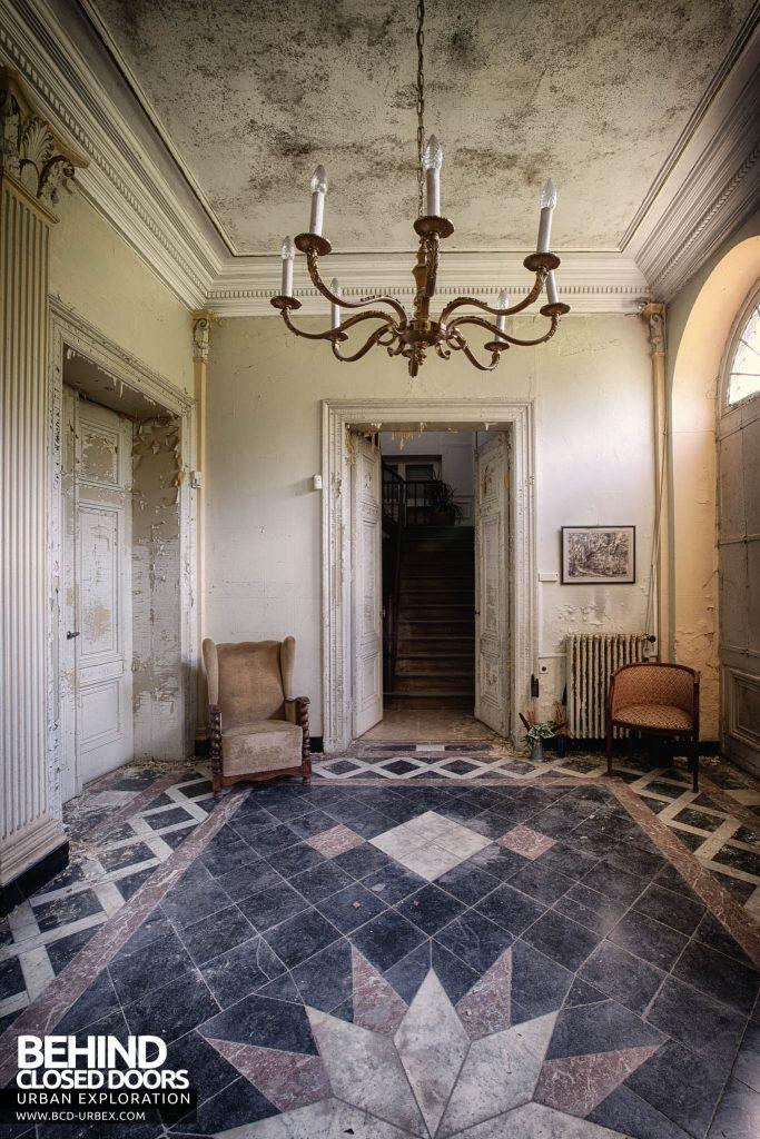 Villa Directeur - Seats in entrance hall