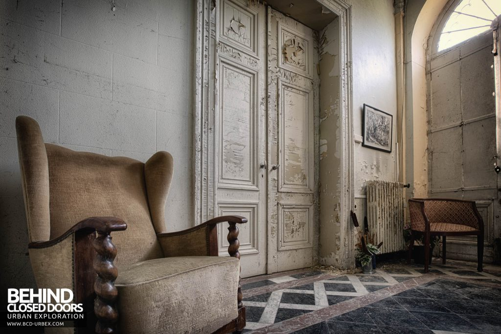Villa Directeur - Chair in the hall