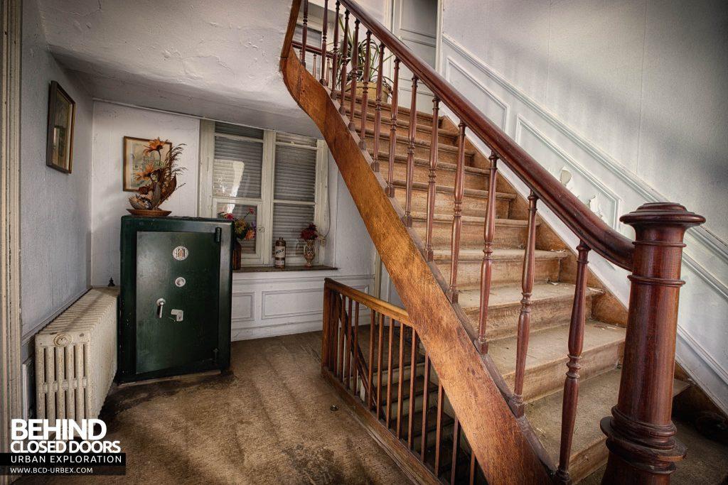 Villa Directeur - Staircase and Safe