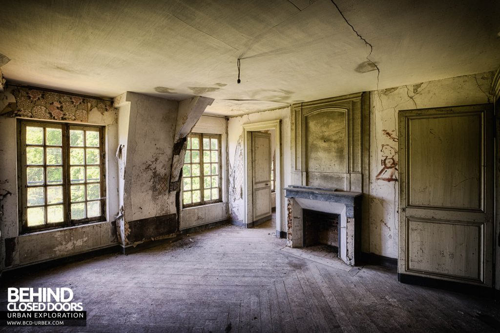 Château-du Cavalier - A decaying room