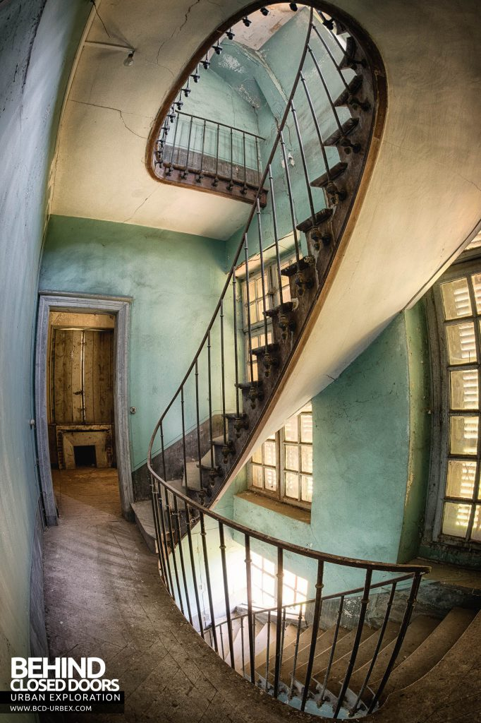 Château-du Cavalier - Spiral staircase from the middle