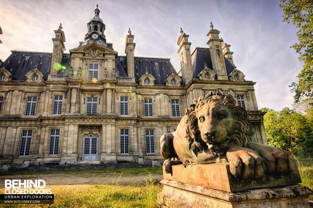 Chateau de Carnelle - One of the lion guardians in front of the house