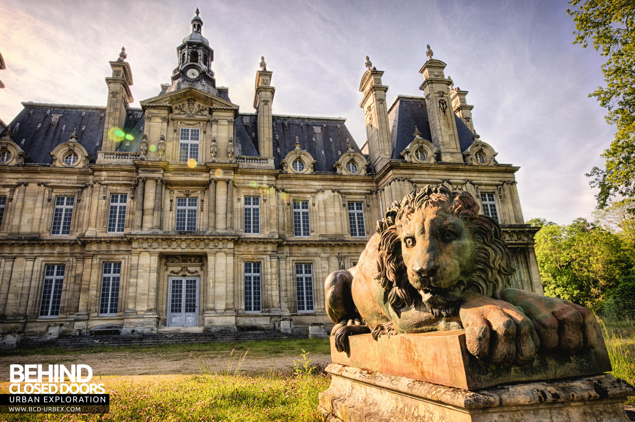 Chateau De Carnelle One Of The Lion Guardians In Front