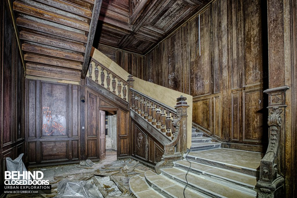 Chateau de Carnelle - Staircase leading to second floor