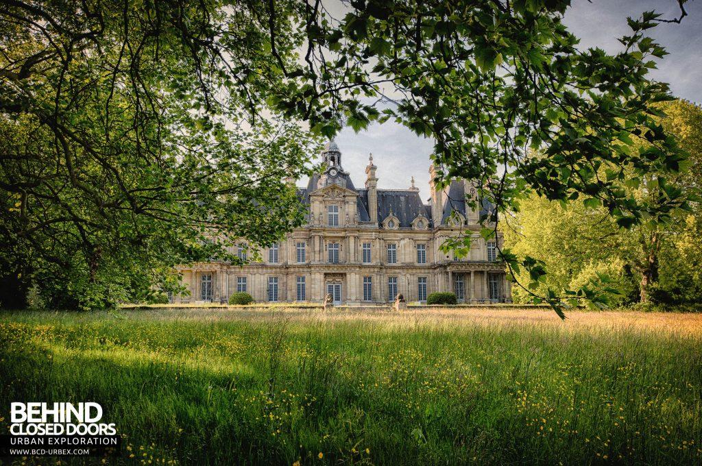 Chateau de Carnelle - Through the trees