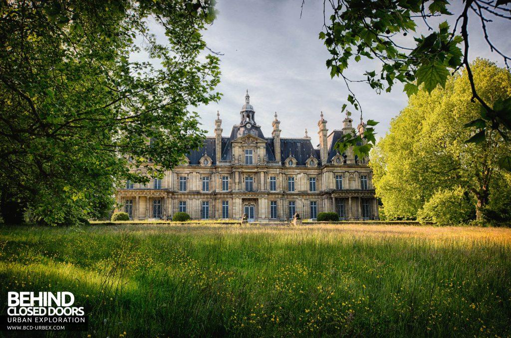 Chateau de Carnelle - Front of the impressive building