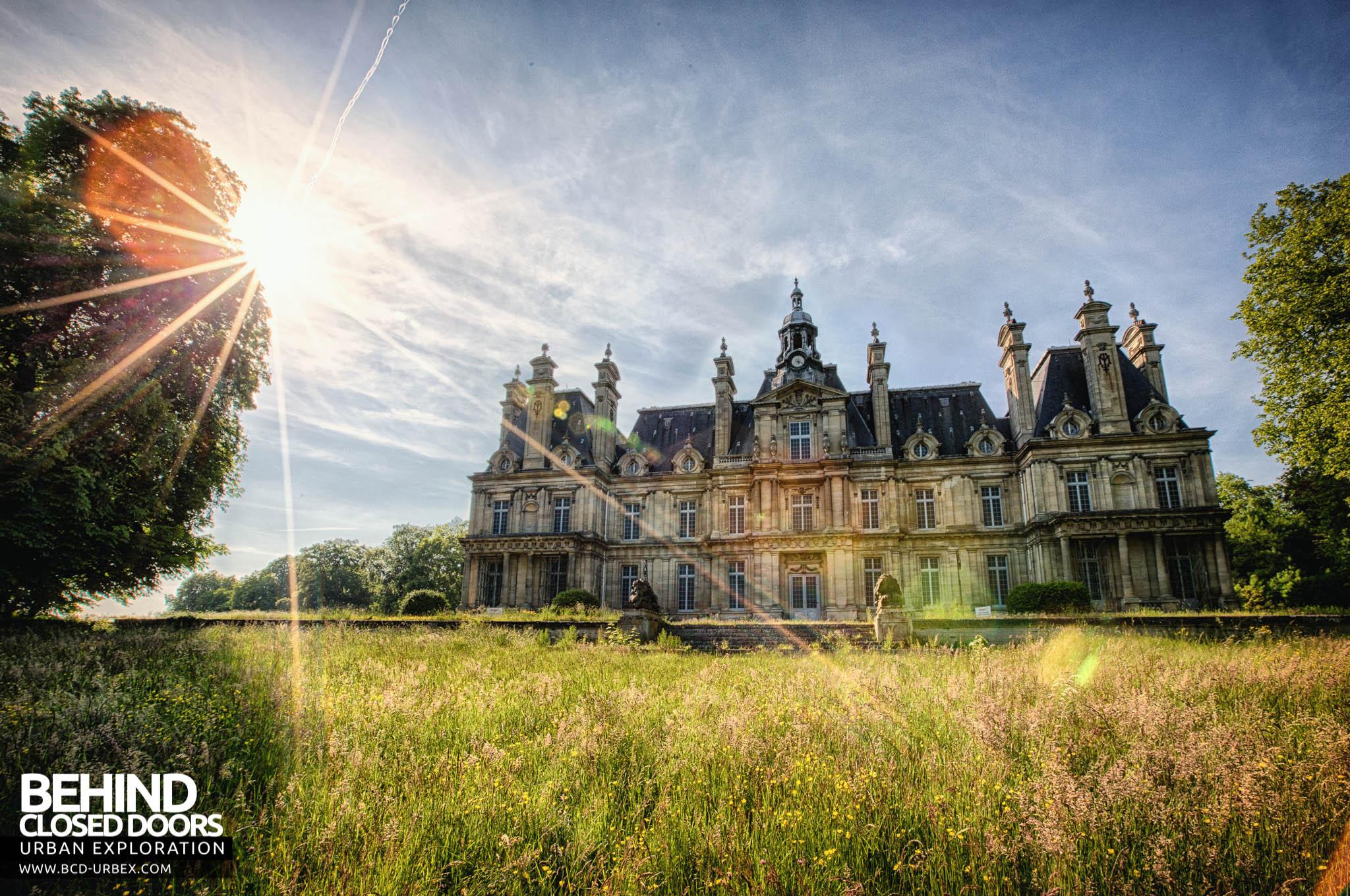 Chateau De Carnelle Sunburst And Front Of Building