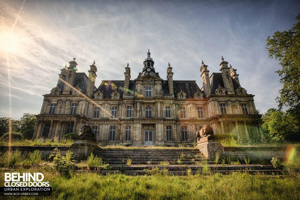 Chateau de Carnelle - Front view with the lion guardians