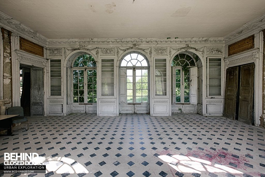 Château de Singes - Large room with arched windows