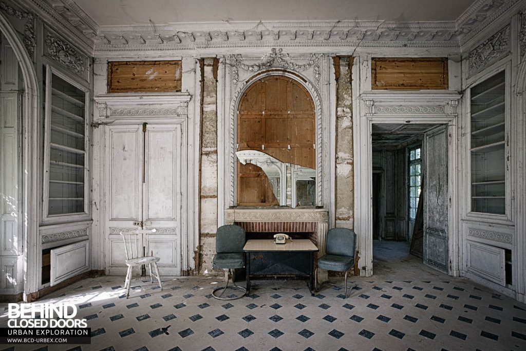 Château de Singes - The other end of the room is a mirror image