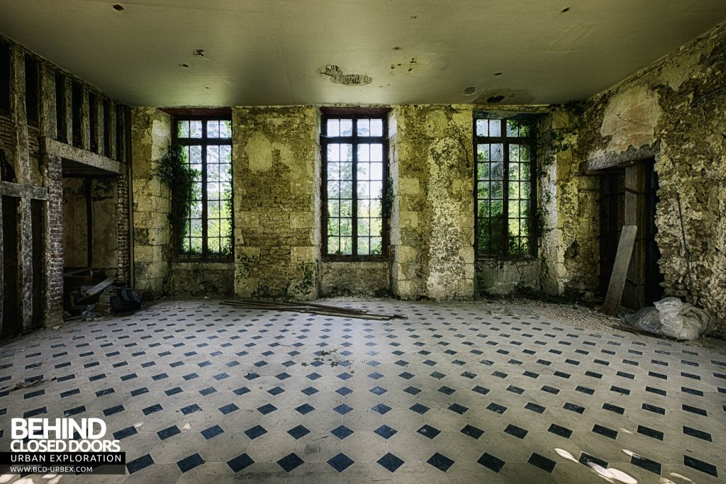 Château de Singes - Nature is beginning to reclaim some of the rooms