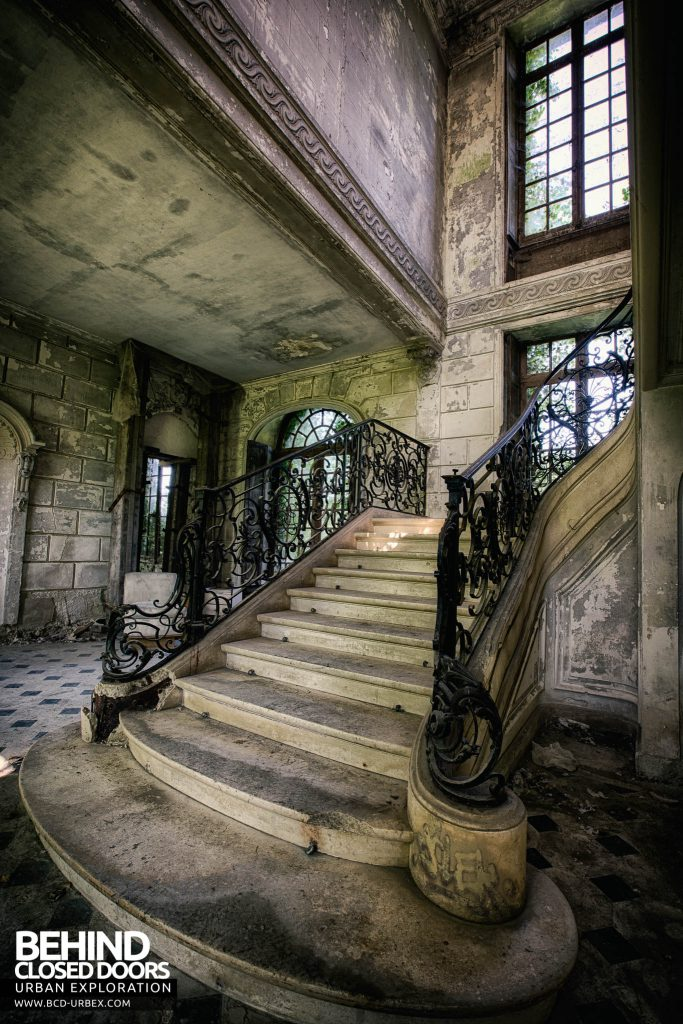 Château de Singes - Looking up the stairs