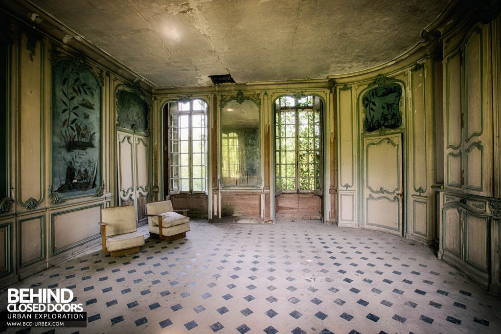 Château de Singes - The monkey mural room was light and airy but welcoming