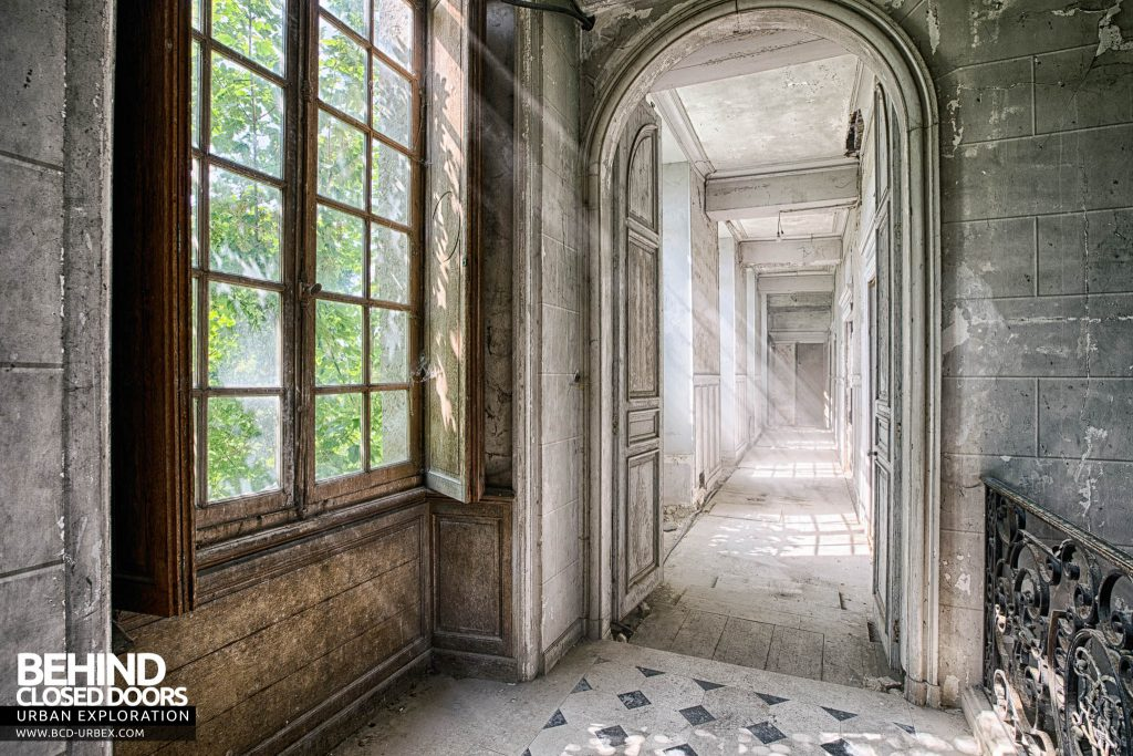 Château de Singes - Stunning light in the hallway