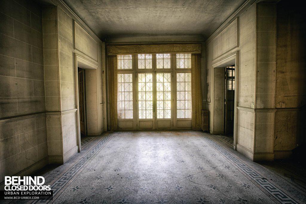 Château des Faisans - The front door in the hallway