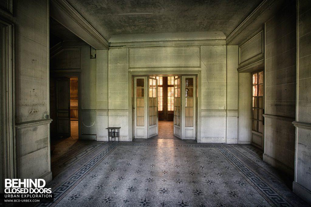 Château des Faisans - The spacious hallway