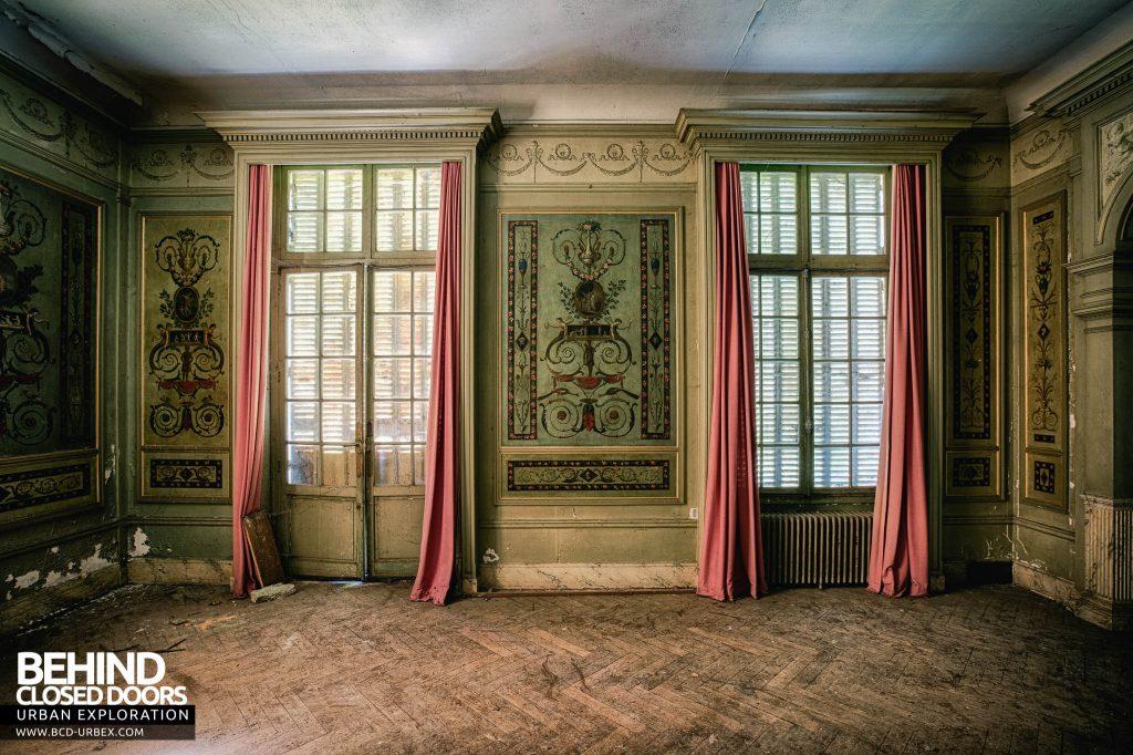 Château des Faisans - Window and wall detail showing the fleur de lis decorations