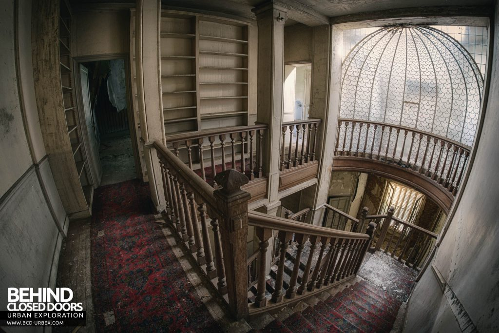 Château des Faisans - Wider fisheye view at top of stairs