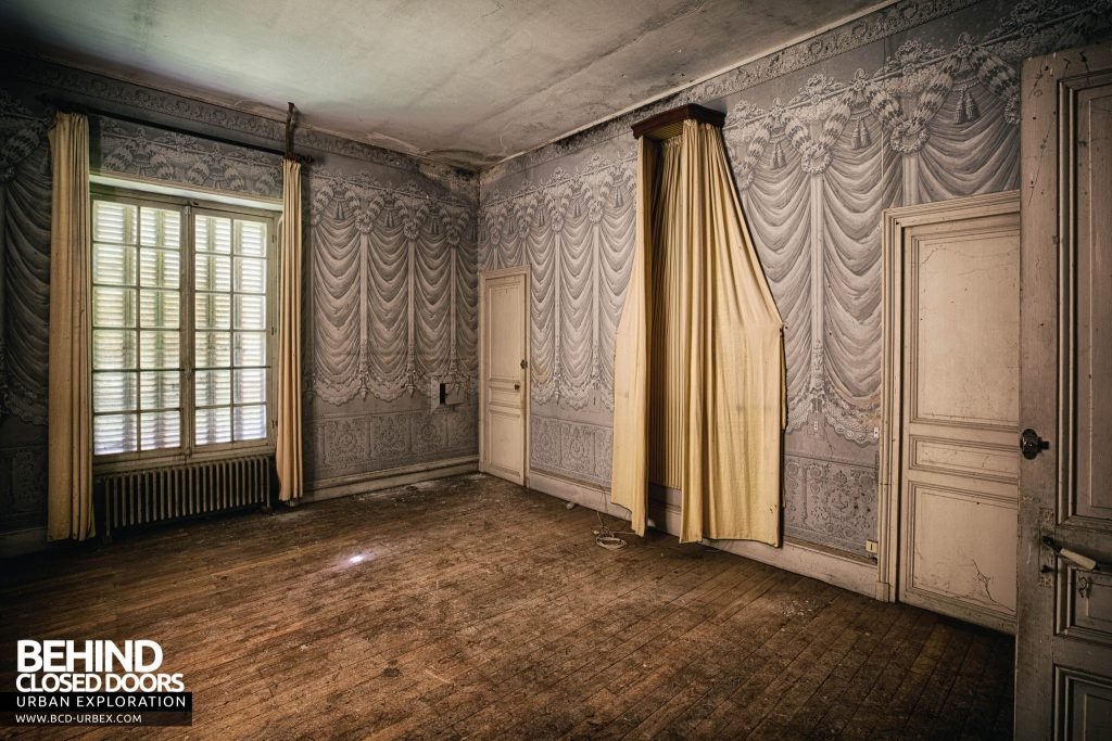 Château des Faisans - The master bedroom with drapes on the wall