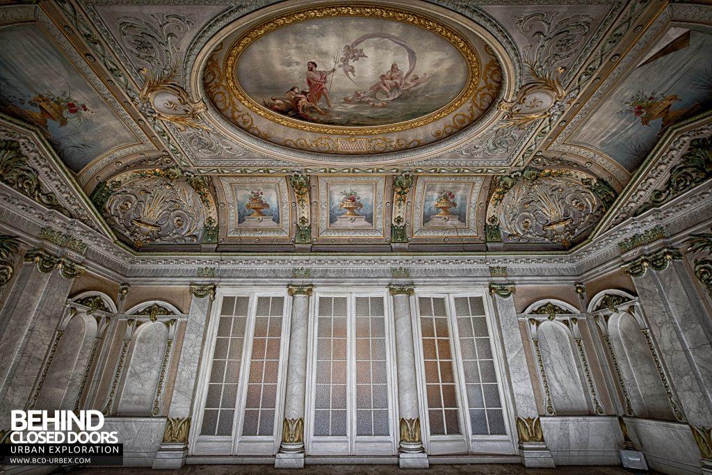 Alla Italia, Belgium - The amazing ceiling in the entrance hall