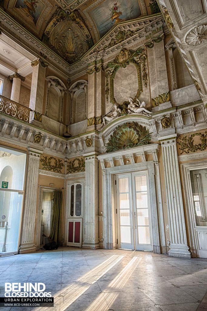 Alla Italia, Belgium - Light adding to the ornate room