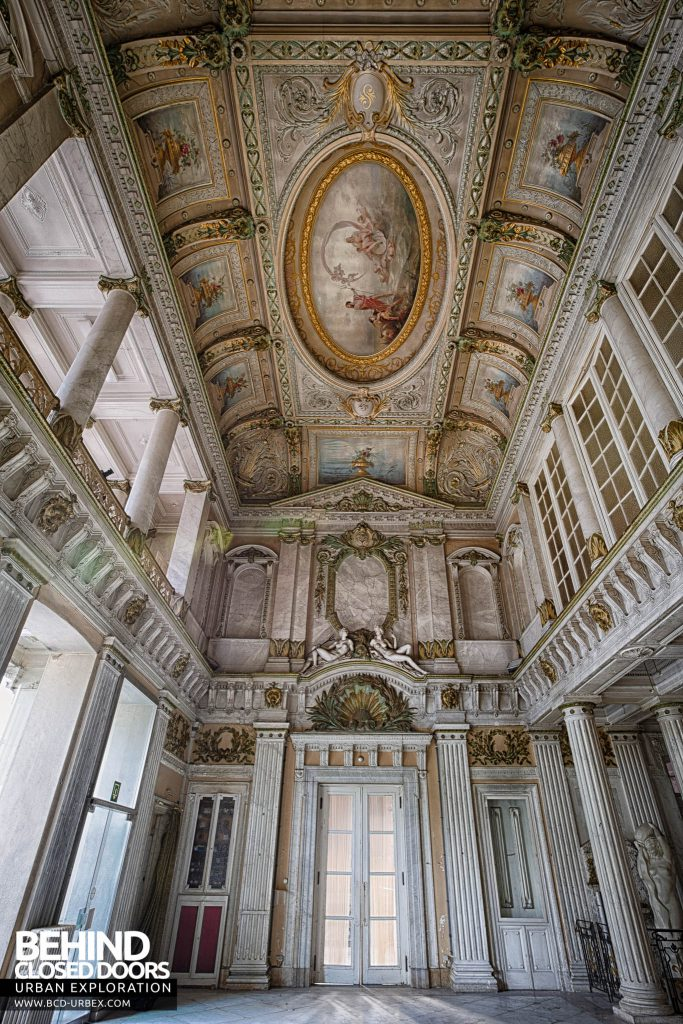 Alla Italia, Belgium - Taller view of the room and ceiling