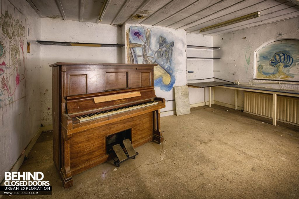 Crookham Court - Music room with piano