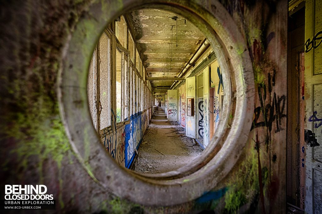 Sanatorium d'Aincourt - Looking through a doorway into a corridor